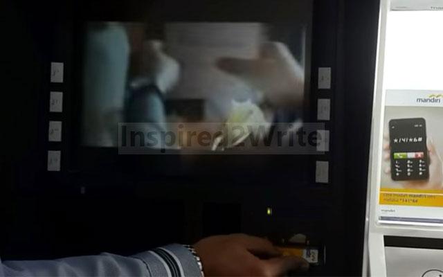 Langkah pertama silahkan masukkan kartu ATM ke mesin ATM dengan posisi yang benar